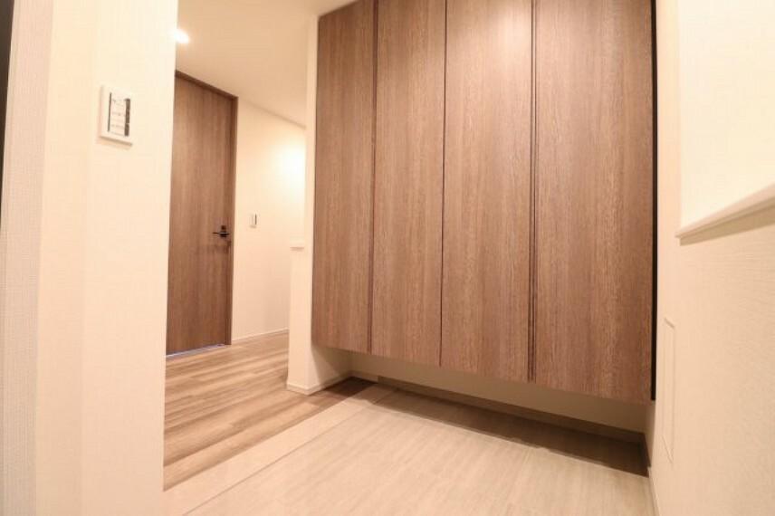 玄関 【玄関】玄関からの風景です。上がり框のないフラットな玄関が特徴的です!!バリアフリーに考慮した玄関となっています。