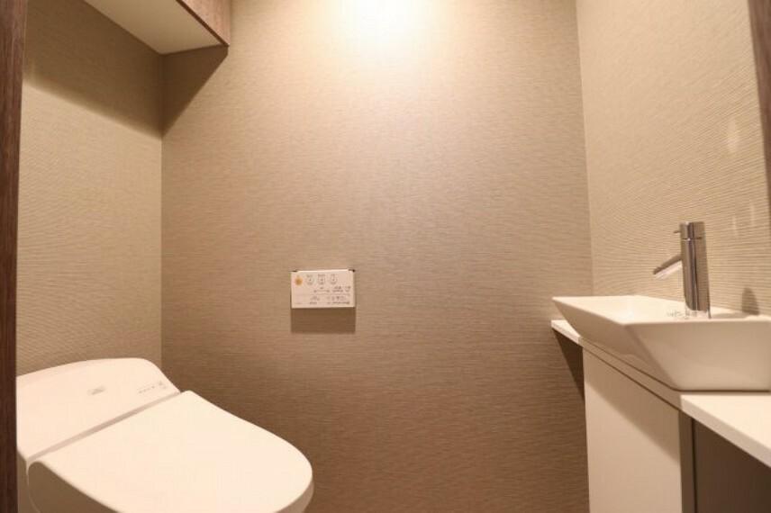 トイレ 【トイレ】ホワイトベースなので清潔感があります。収納もあり手洗いカウンターもございます。