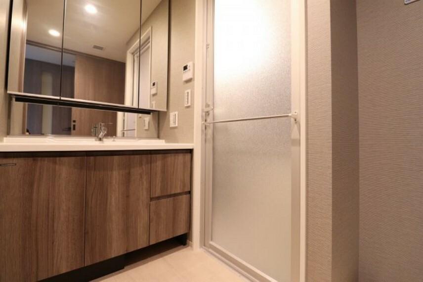 洗面化粧台 【独立洗面所】ホテルのような洗面所です。三面鏡裏収納でたっぷり収納でき、とても便利です。