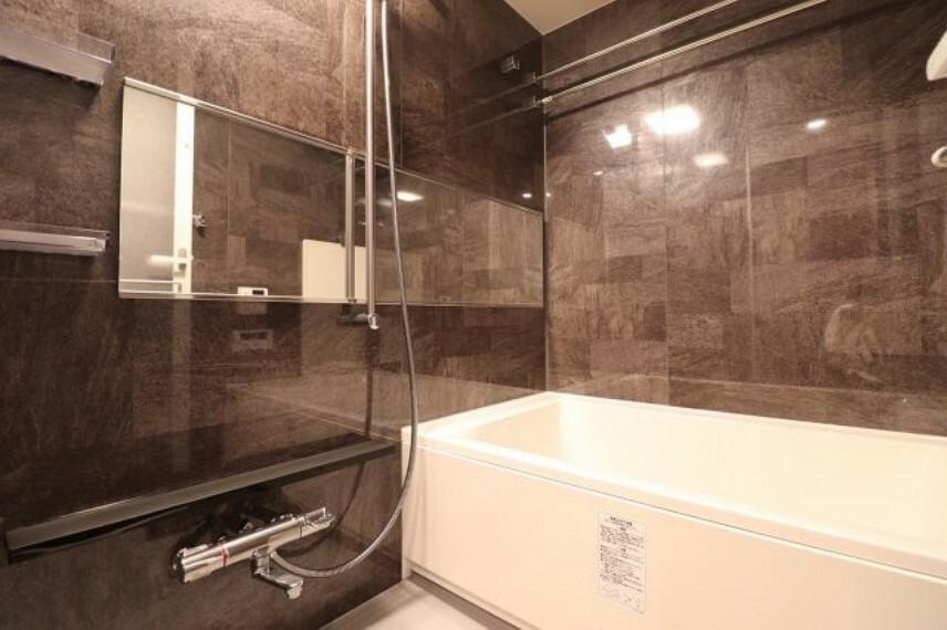 浴室 【浴室】モダンでシックな浴室はホテルライクな空間を演出してくれます。ミストサウナ付きなので、心身ともにリフレッシュして頂けます。
