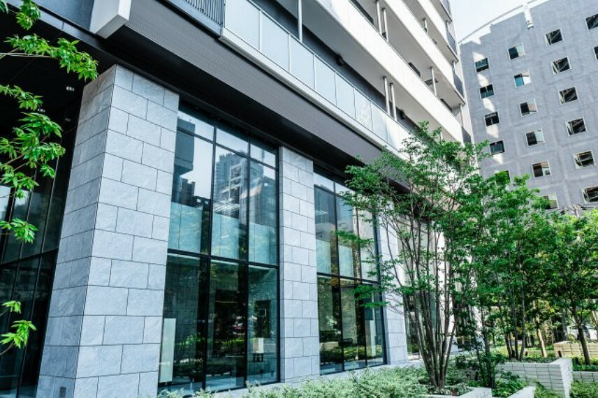 外観写真 【マンション出入口外観】メイン出入口には水盤があり、よりマンションのモダンでスタイリッシュな印象を引きだしてくれます。