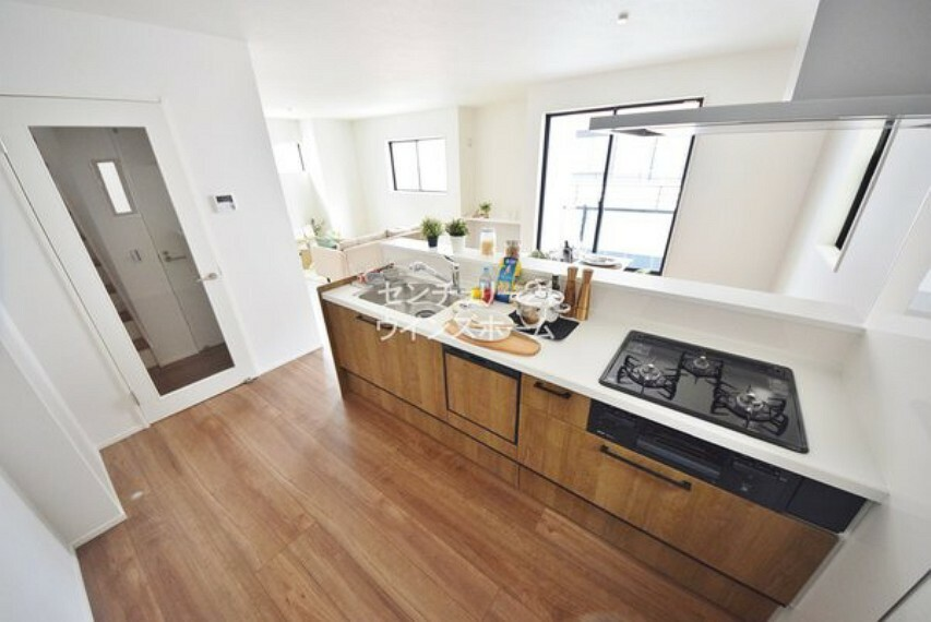 キッチン キッチンは、リビング、ダイニングを一望できる対面仕様となっているので、 お料理をしながらご家族との会話も楽しめます!