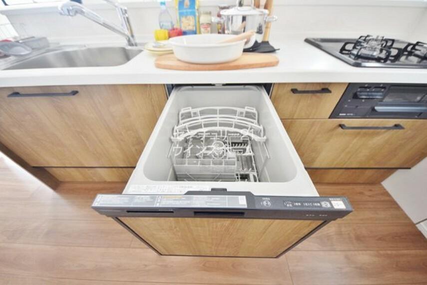 キッチン 高温で洗い上げる食洗機は節水にも役立ちます。洗い物の手間が軽減されるので食後はゆっくりとくつろげますね!
