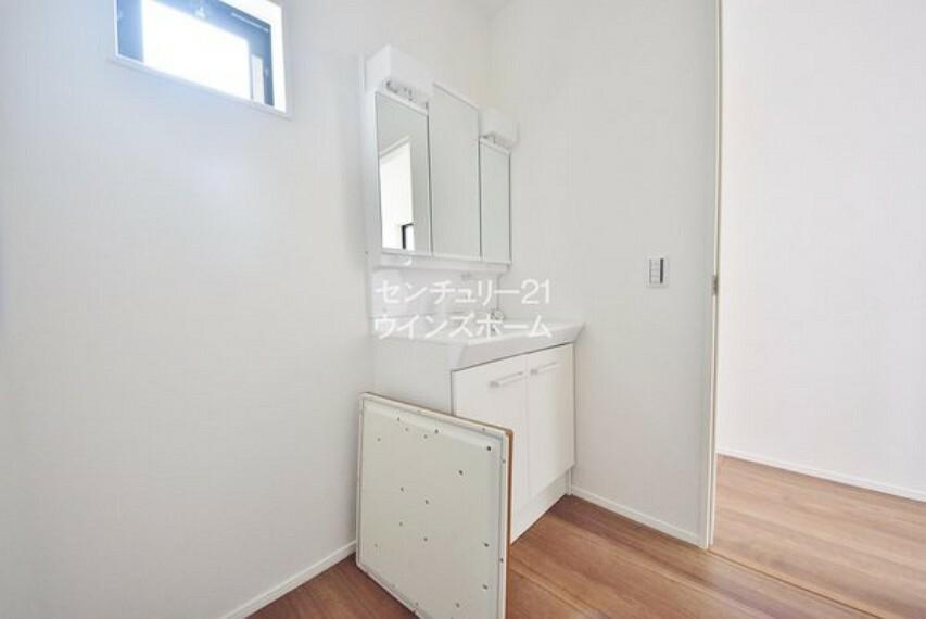 洗面化粧台 三面鏡の付いたシャンプードレッサーで忙しい朝が快適!鏡の裏が収納になっているので、スキンケア用品などがしまえて洗面周りスッキリ!