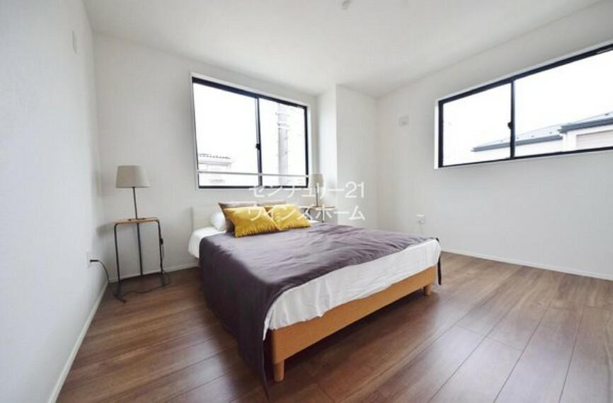 寝室 ベッドも置けちゃう主寝室!(6.7帖) 全居室フローリングとなっているので、お掃除もしやすいです!