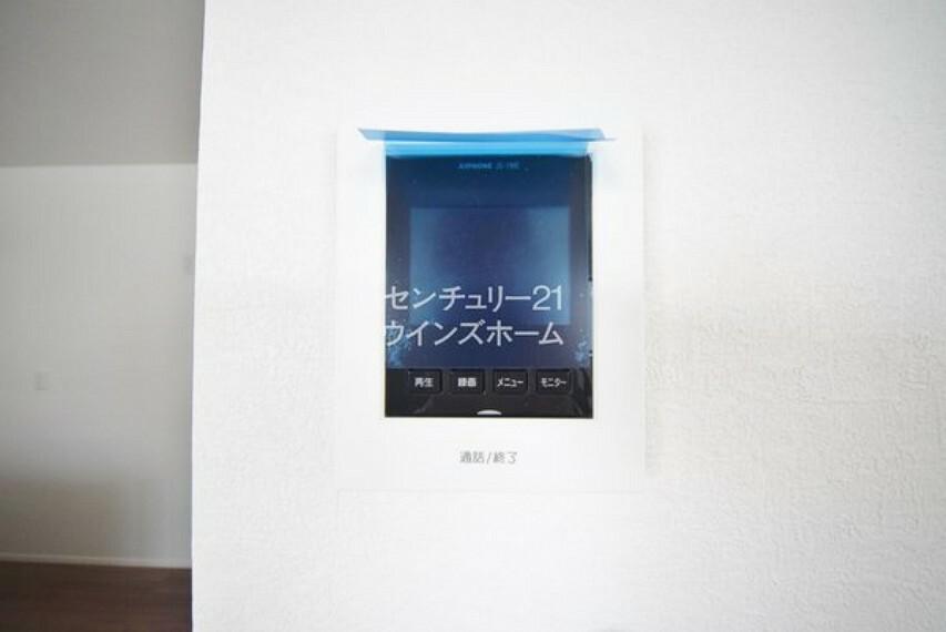 モニター付きインターホンで、訪問者の対応もスムーズにおこなえます。 留守中の訪問者を確認したい時は、録画再生機能が使用可能です。
