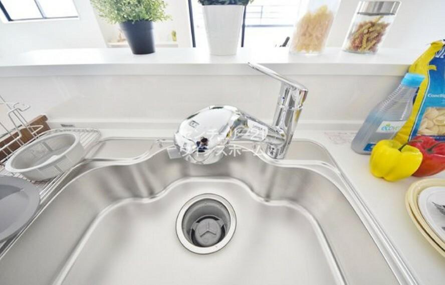 """キッチン キッチンには浄水機能が搭載されました。不純物を取り除き、""""飲料・お料理""""にも安心して使えます!"""