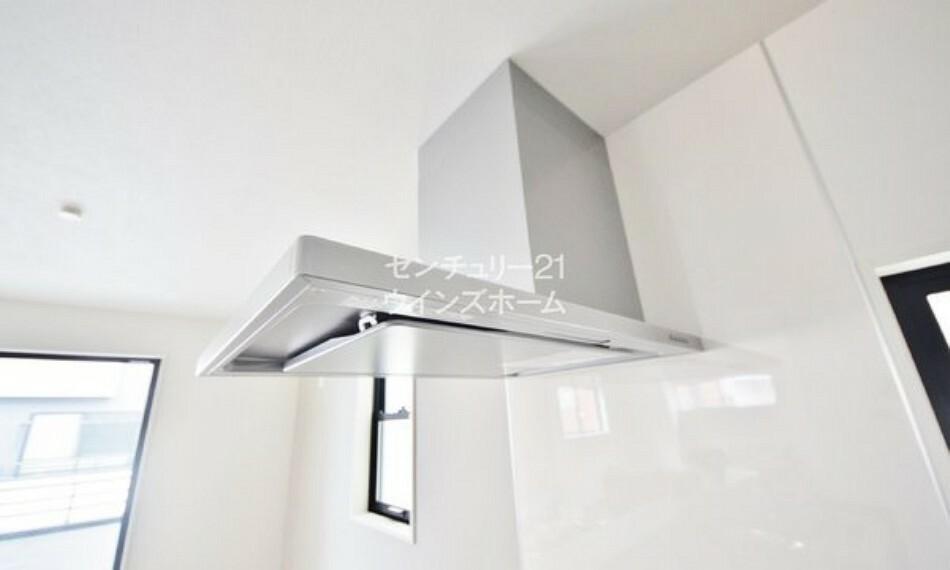 キッチン レンジフードは、手前にプレートが設置されているお陰で、 油汚れが入り込みづらくなっています。これでお掃除の手間も軽減されますね!