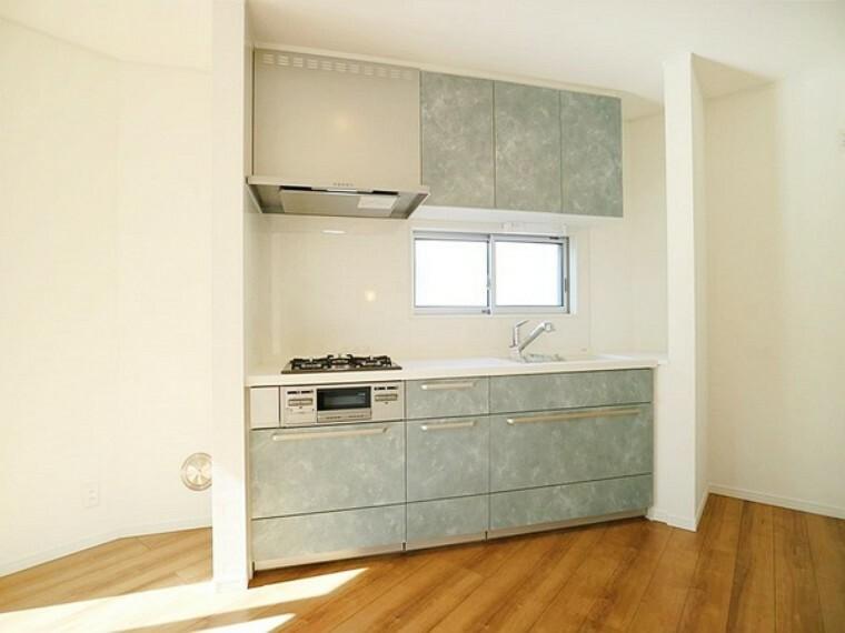 キッチン 充分な収納のあるオープンなキッチン。吊り戸棚と下部は引き出し収納となっており、思った以上の収納力があります。