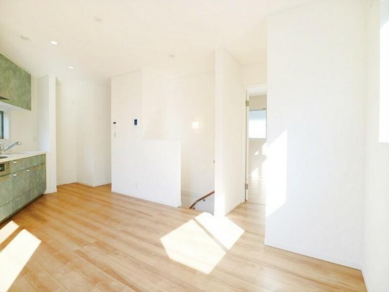 居間・リビング 2面採光で明るい日差しが入るリビング。