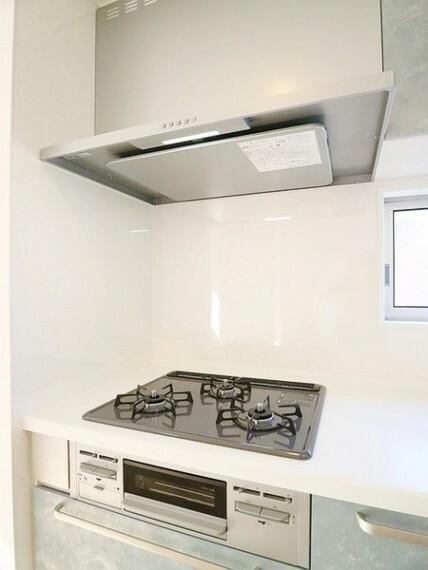 キッチン レンジフードはフラットタイプでお掃除しやすい。