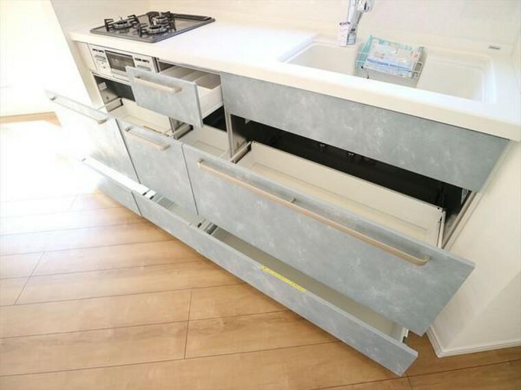 キッチン 使い勝手の良い引き出し式システムキッチン。見やすく取り出しやすい機能的なキッチンです。