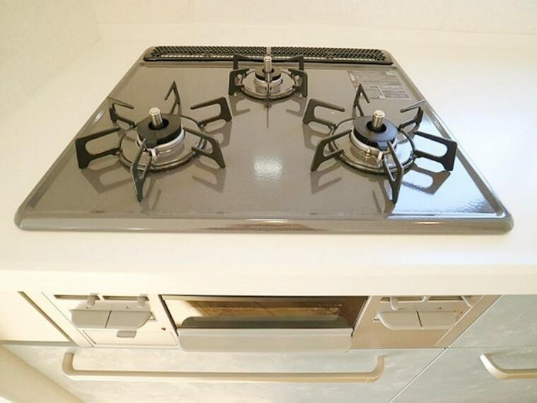 キッチン キッチンのコンロは、お料理の幅が広がる3口コンロで魚焼きグリルも付いております。