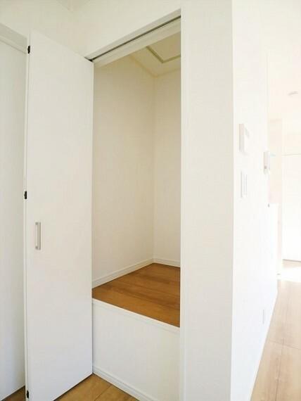 収納 リビング脇の収納。棚やポールなど設置して自分好みにカスタマイズして使えます。
