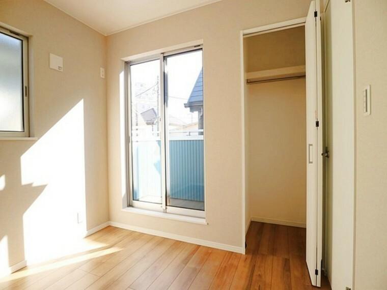 洋室 バルコニーに面した明るい日差しの入る4.5帖の洋室。子供部屋にいかがでしょう。