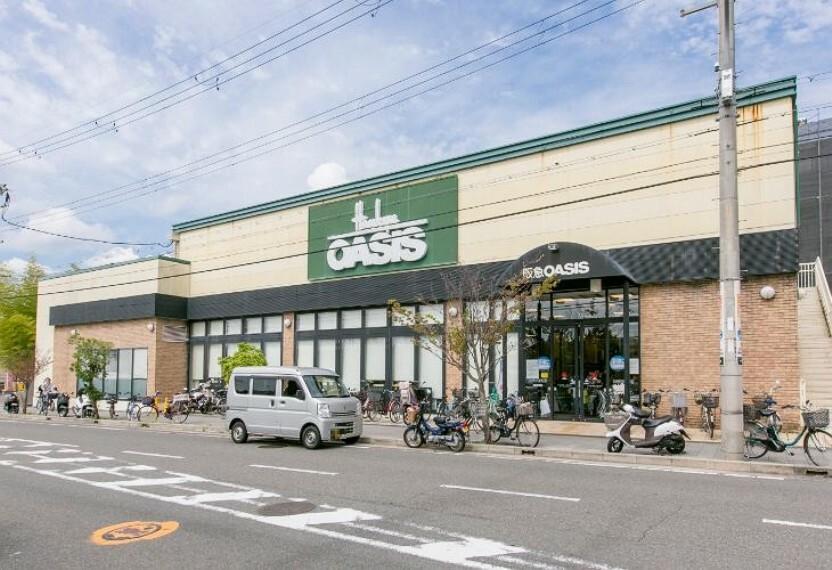 スーパー 徒歩6分(約420m)。プライベートブランド「阪急の味」を展開しているスーパー。向かいには公園があり、お散歩がてらの買物や、お子様連れにも利用しやすい環境です。営業時間は9時半~21時。