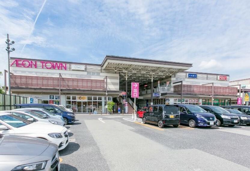 ショッピングセンター 徒歩14分(約1120m)。マックスバリュ(営業時間は9時~22時)の他、ファッション、雑貨、レストラン、クリニック等様々なテナントが3棟に揃っています。ゆうちょ銀行のATMもございます。