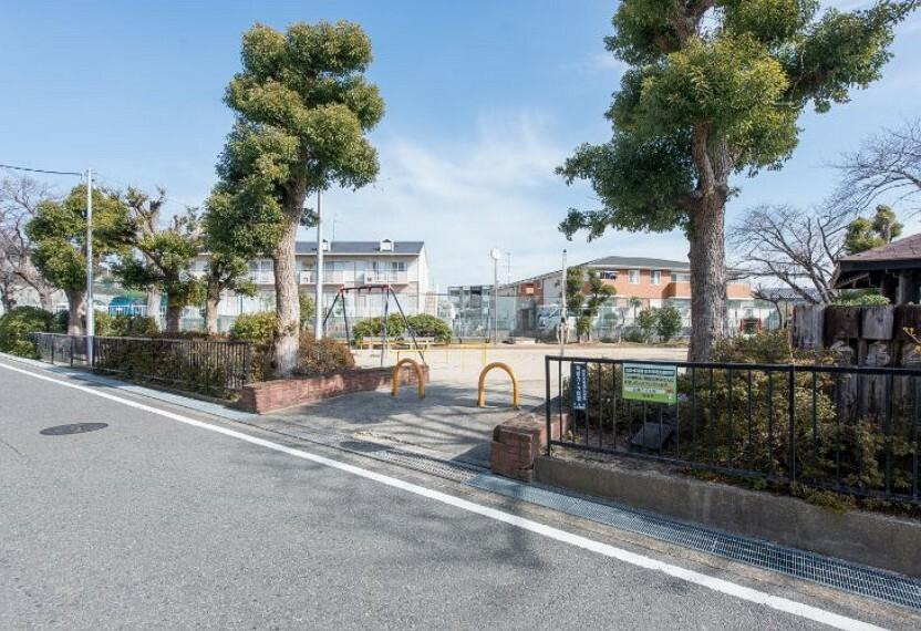 公園 徒歩1分(約50m)。三角の形をした公園です。ブランコ、滑り台、砂場、多目的に使えるスペースがあるので、お友達同士や親子で楽しく遊べます。休憩ができる東屋もあり、春には桜が咲きます。