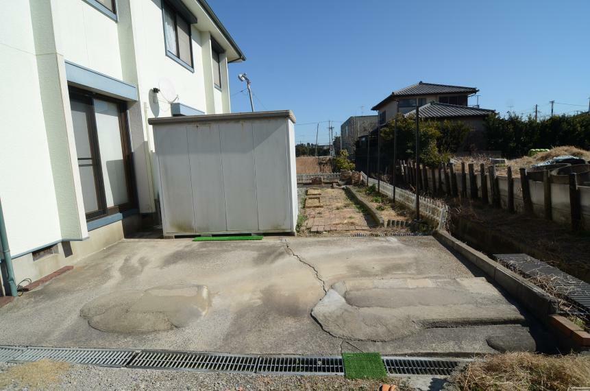 駐車場 駐車場と南側の庭の様子