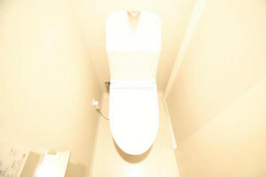 トイレ 白を基調としたトイレは温水洗浄便座付き