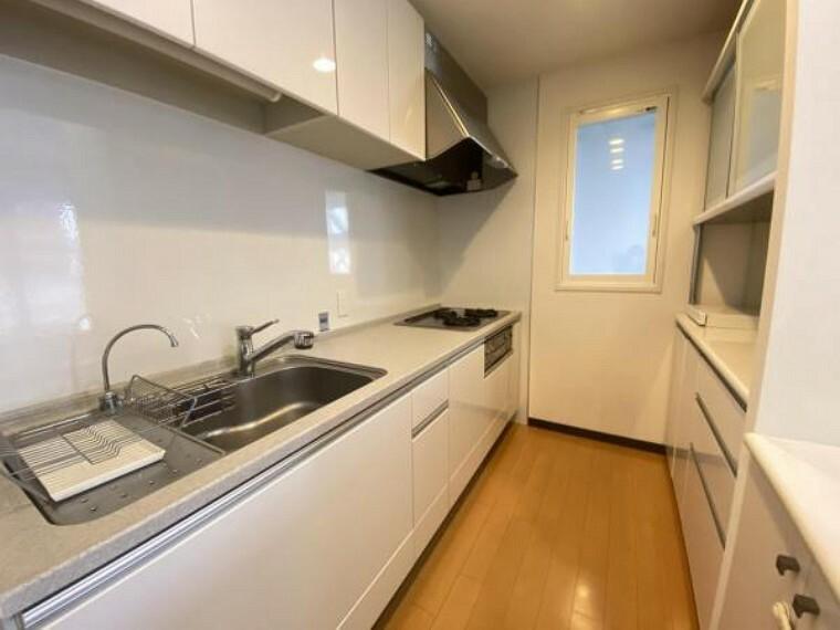 キッチン 広々奥行きのあるキッチンスペース。 お料理もしやすくなりますね。