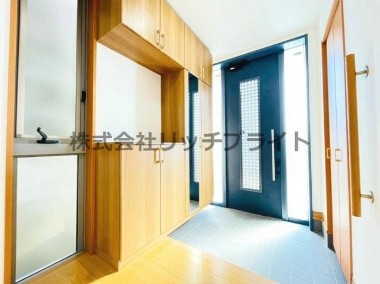 玄関 収納力のあるコの字型の収納とは別に、シューズインクローク付きの物件で収納力があります。