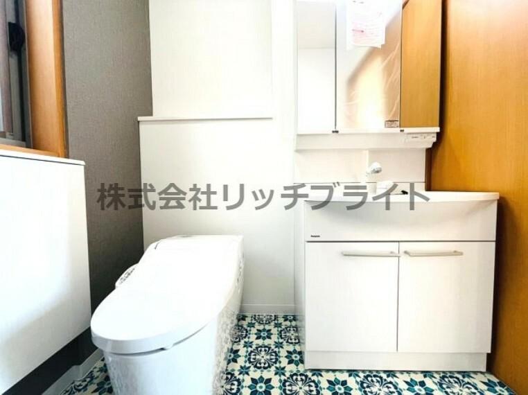 洗面化粧台 一階のトイレコーナーには独立洗面化粧台が設置されております。