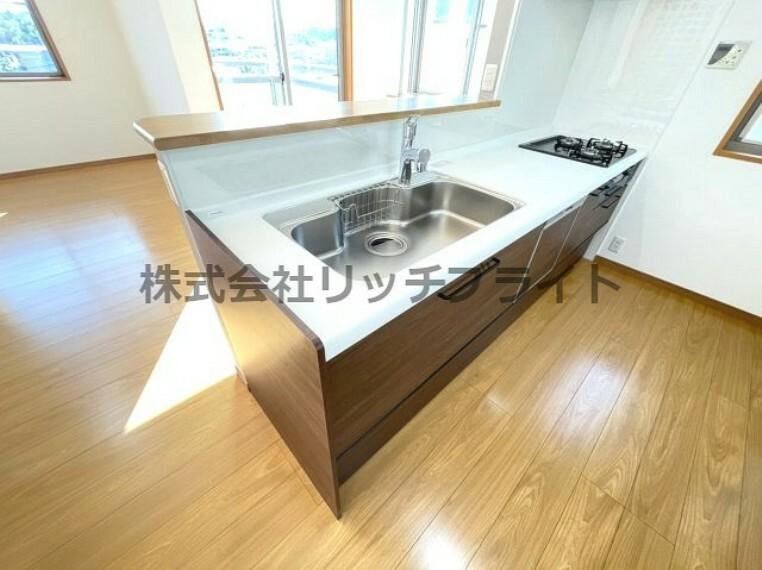キッチン 開放感のある対面式のキッチンスペース。