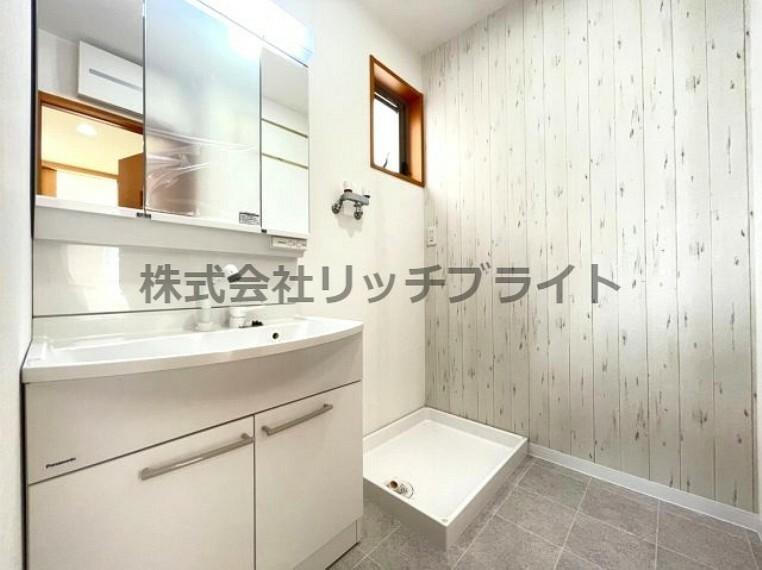 洗面化粧台 アクセントクロスがお洒落な洗面スペース。