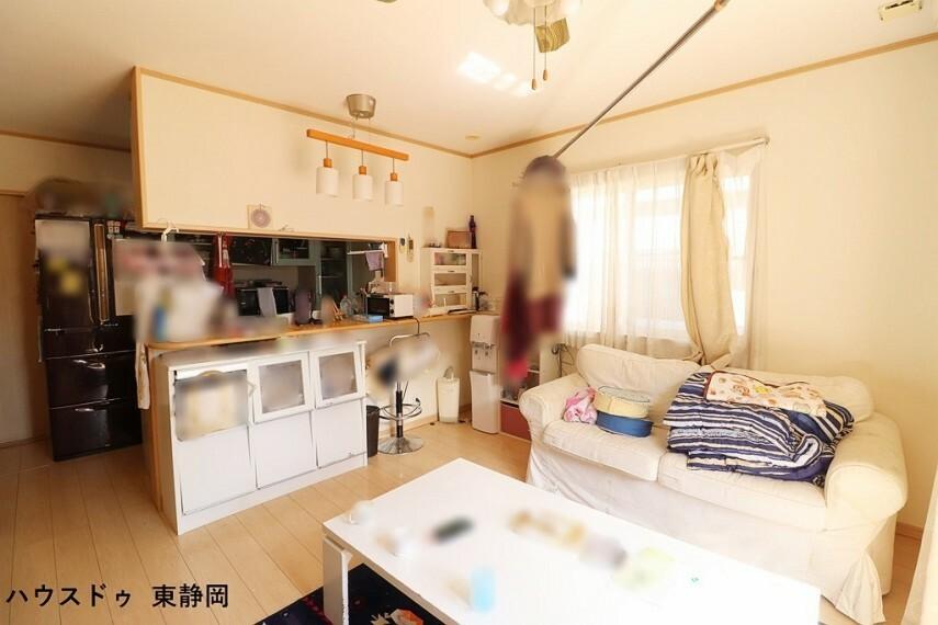居間・リビング 子どもたちもキッチンにいるママに話しかけながら遊んだり・勉強したりできます。