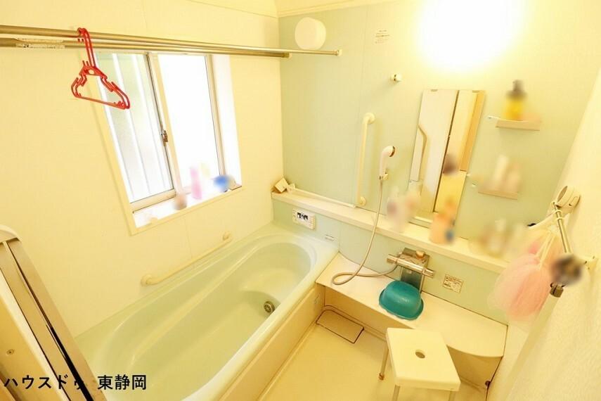 浴室 ベンチタイプの浴槽は、お子様に座っていただけるので、お風呂も一緒に入りやすいですね オートバスなのでボタン一つで入浴出来ますよ。