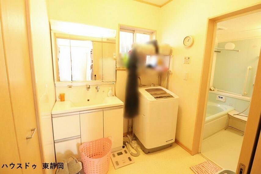 洗面化粧台 広い洗面所は複数人で使用しても余裕があります 収納もあるので、タオルや洗剤のストックが置けるのも嬉しいですね
