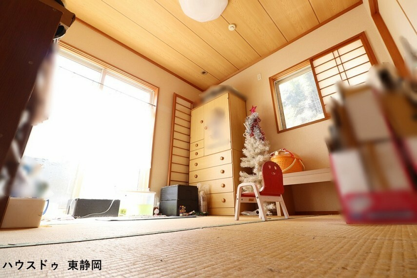 和室 4.5帖和室。和室は客間、お子様の遊び場、お昼寝場所と多目的にお使い頂けます。メーターモジュール設計の畳なので、ちょっと広めの4.5帖になります。