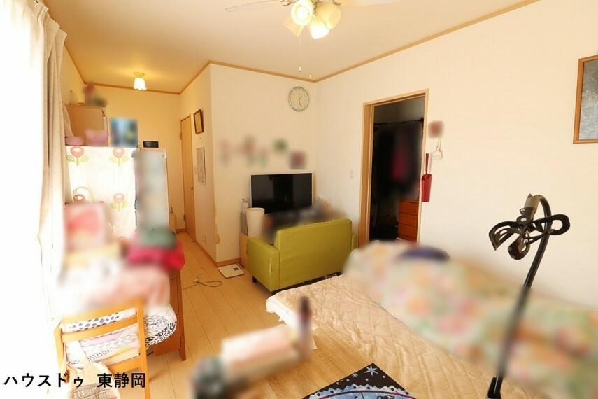洋室 南東側洋室。奥行があるので家具の配置でお部屋の雰囲気が変わります 模様替えするのが楽しくなりますね
