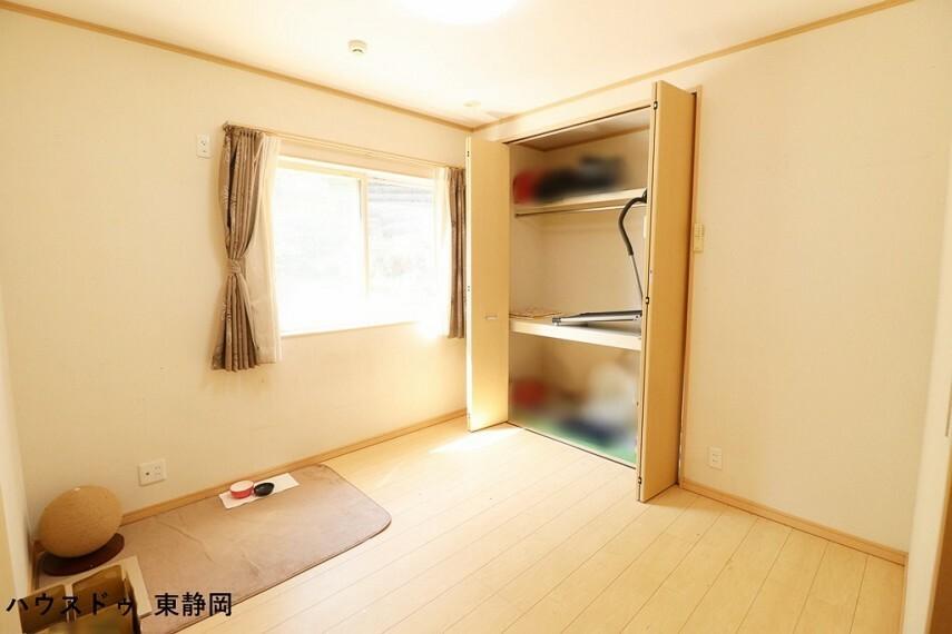 洋室 4.5帖洋室。大きなクローゼットが付いてるので、収納もたくさん出来てスッキリしますね