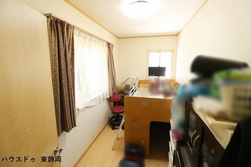 居室としてもお使い頂ける納戸です。2面採光で明るい室内空間です。