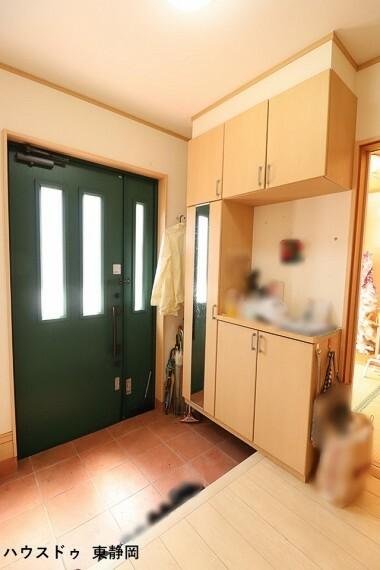 玄関 すりガラスのドアがあるため、光が差し込み明るい玄関になります。便利な鏡付きのシューズボックス!お出かけ前に全身チェック