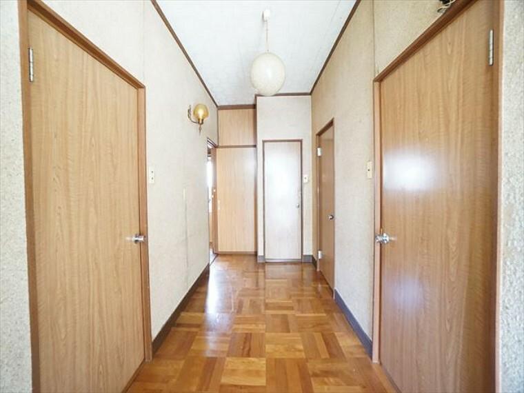 玄関 玄関から廊下を望む。