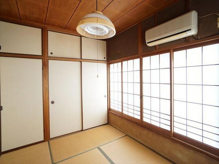 和室 押し入れ、天袋の収納スペースあり。