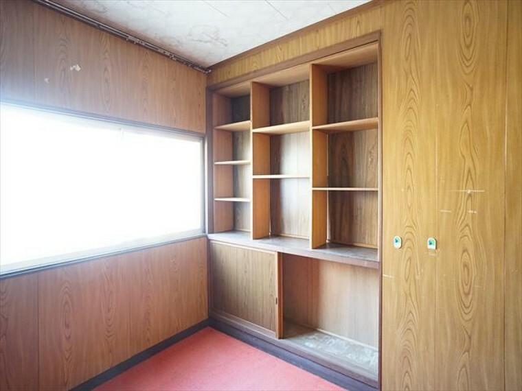 洋室 洋室内に作り付けの書棚あり。