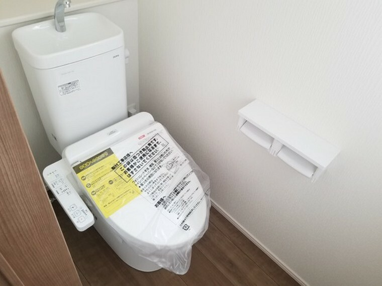 トイレ 便利な温水洗浄機能付きトイレできれいさっぱりですね。