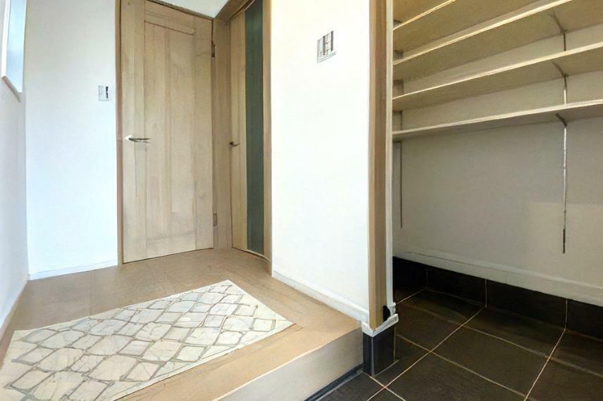 同仕様写真(内観) シューズクローゼットは靴以外にも、ベビーカーやスーツケースといった、室内に入れたくないものも収納できます。