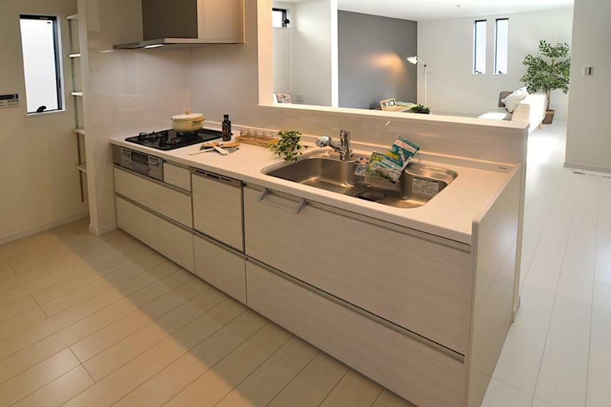 同仕様写真(内観) ガラストップコンロに食洗器を搭載したキッチンを採用。