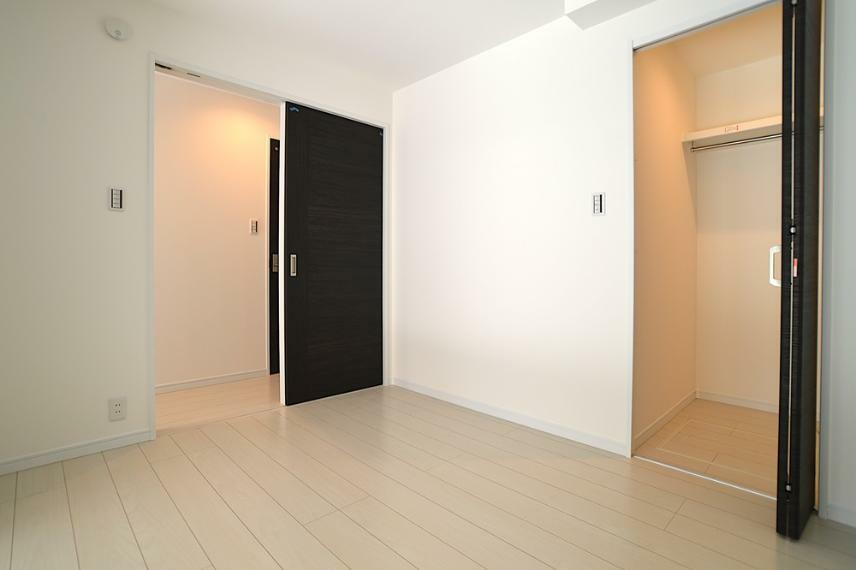 同仕様写真(内観) フローリングには7種類の中から色が選べる、ワックス不要の床材を使用。