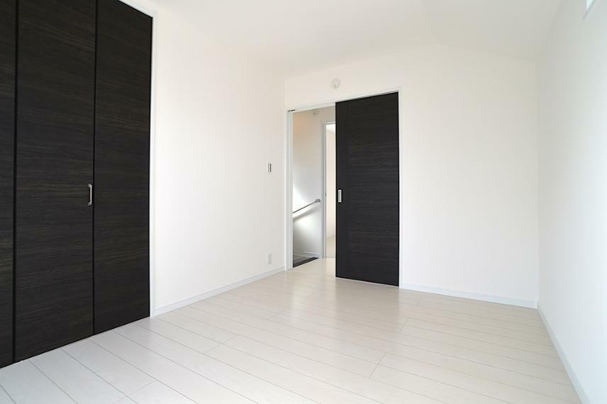 同仕様写真(内観) 建具の色も、お客様好みのカラーリングを選択可能です。