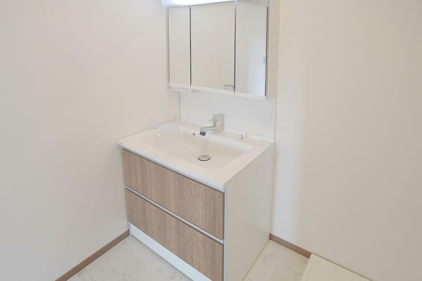 同仕様写真(内観) 洗面台は、曇りにくくお掃除簡単なPanasonic製の「シーライン」です。