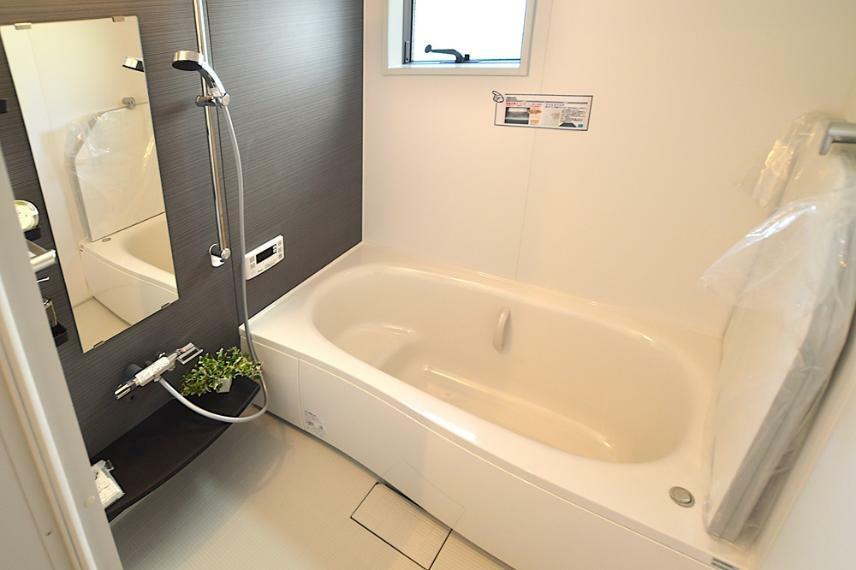 同仕様写真(内観) 浴室乾燥機能に加え、暖房機能も搭載した、1616サイズのユニットを標準で装備。