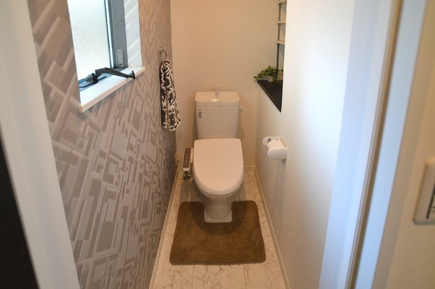 同仕様写真(内観) トイレは温水洗浄便座です。ペーパーホルダーやタオルリングも標準で備わっています。