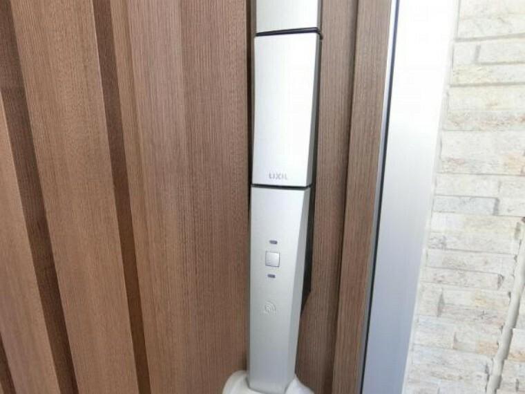 玄関 玄関扉はカードキーを採用