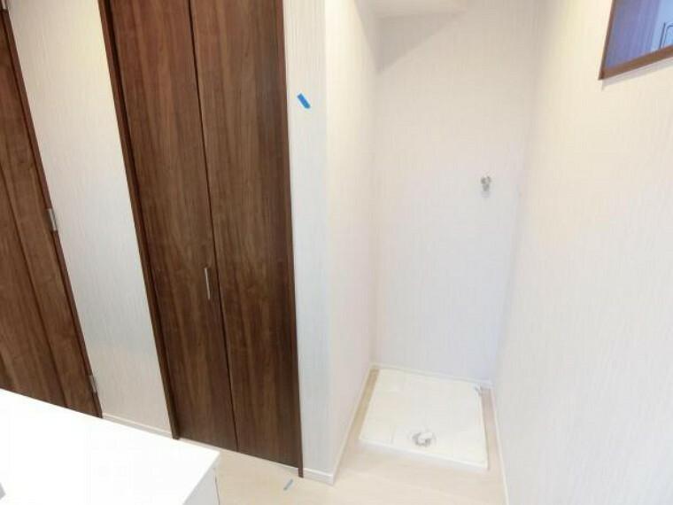 洗面化粧台 洗濯機置場の隣に収納あり。タオルなど収納できます。